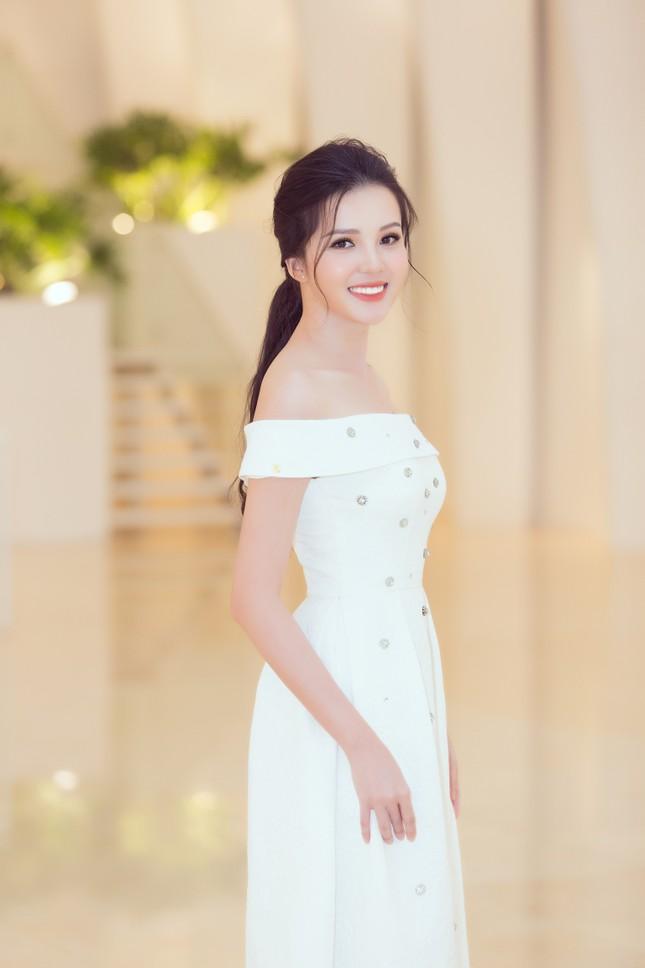 Mỹ Linh, Tiểu Vy đội vương miện lộng lẫy hoá công chúa như trong cổ tích ảnh 11