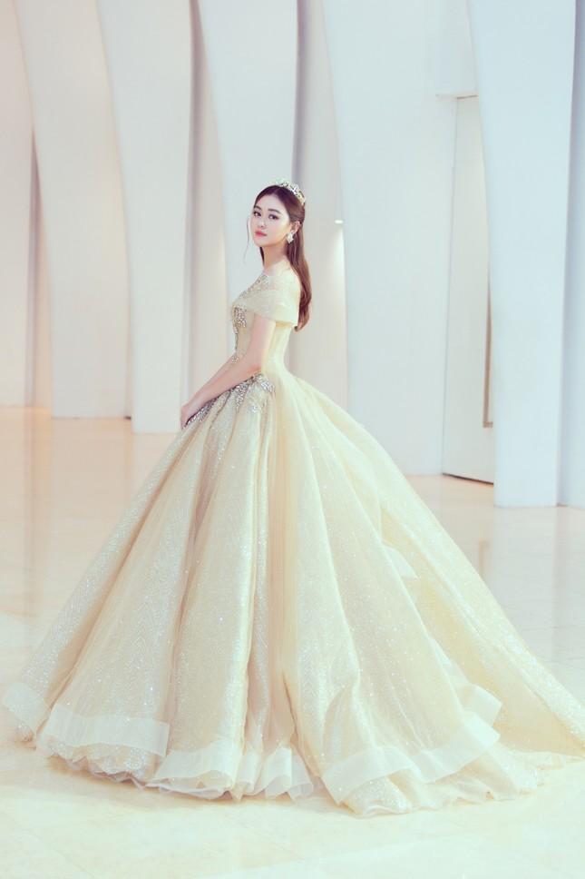 Mỹ Linh, Tiểu Vy đội vương miện lộng lẫy hoá công chúa như trong cổ tích ảnh 7
