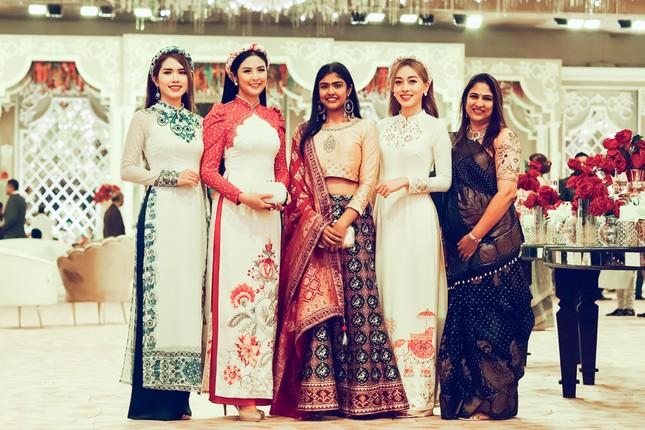 Hoa hậu Ngọc Hân, Á hậu Phương Nga dự đám cưới con gái của đại gia Ấn Độ ảnh 4