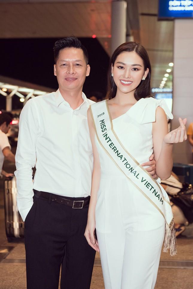 Tường San khoe bố 'soái ca' cao 1m8 ở sân bay, sang Nhật thi Miss International ảnh 7