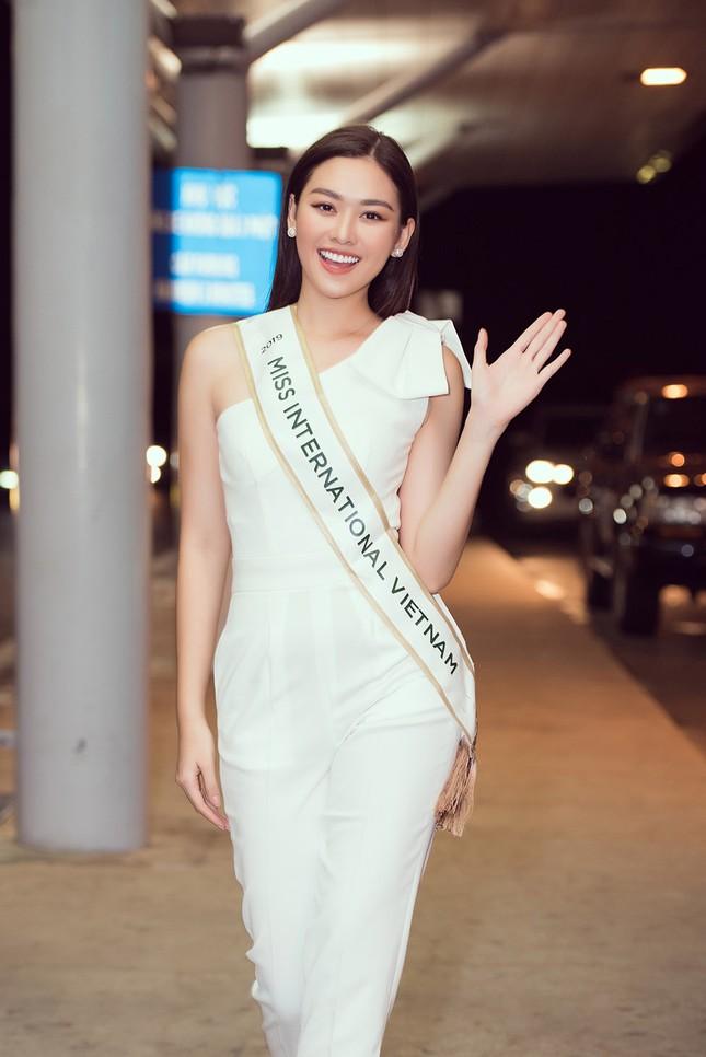 Tường San khoe bố 'soái ca' cao 1m8 ở sân bay, sang Nhật thi Miss International ảnh 2