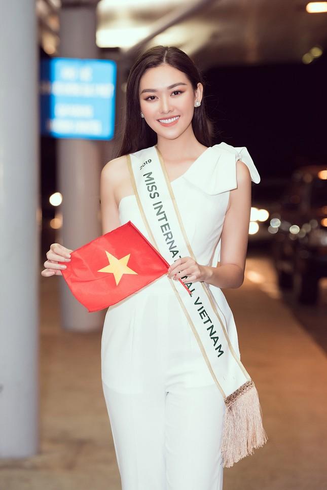 Tường San khoe bố 'soái ca' cao 1m8 ở sân bay, sang Nhật thi Miss International ảnh 3