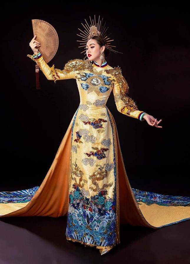 Tường San trình diễn quốc phục đính rồng dài 3m ở Hoa hậu quốc tế ảnh 7