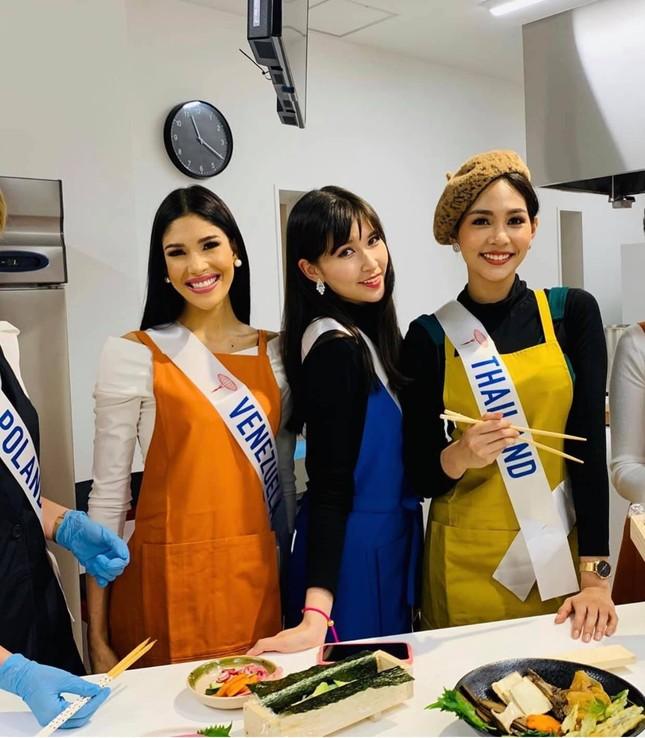 Tường San trình diễn quốc phục đính rồng dài 3m ở Hoa hậu quốc tế ảnh 10