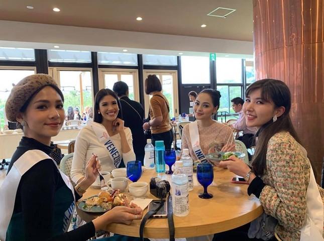 Tường San trình diễn quốc phục đính rồng dài 3m ở Hoa hậu quốc tế ảnh 11