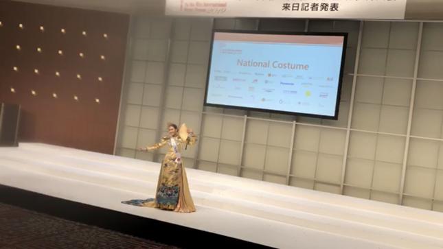 Tường San trình diễn quốc phục đính rồng dài 3m ở Hoa hậu quốc tế ảnh 6