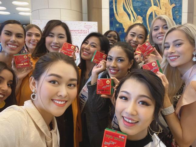 Tường San trình diễn quốc phục đính rồng dài 3m ở Hoa hậu quốc tế ảnh 1