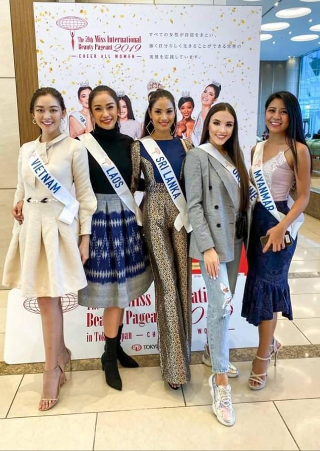 Tường San trình diễn quốc phục đính rồng dài 3m ở Hoa hậu quốc tế ảnh 3