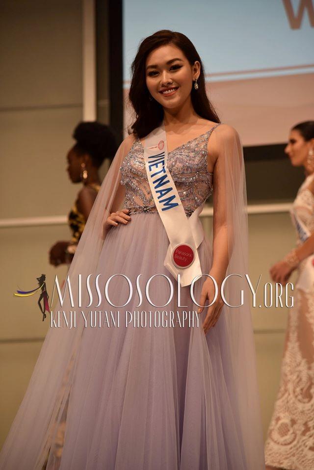 Tường San xinh đẹp đọ sắc cùng đương kim Hoa hậu Quốc tế ở họp báo ảnh 1