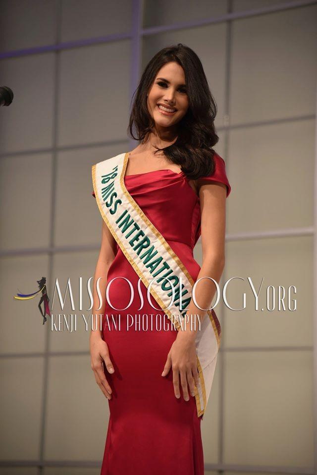 Tường San xinh đẹp đọ sắc cùng đương kim Hoa hậu Quốc tế ở họp báo ảnh 8
