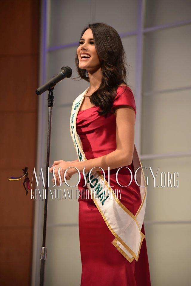 Tường San xinh đẹp đọ sắc cùng đương kim Hoa hậu Quốc tế ở họp báo ảnh 9
