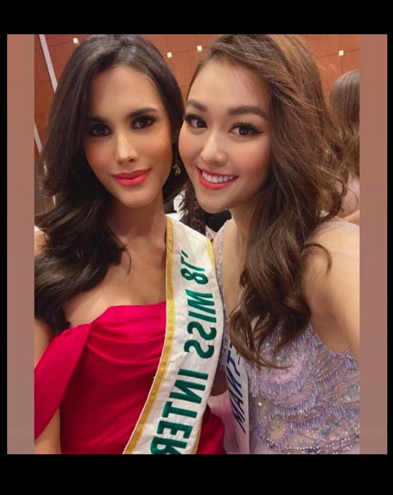 Tường San xinh đẹp đọ sắc cùng đương kim Hoa hậu Quốc tế ở họp báo ảnh 7