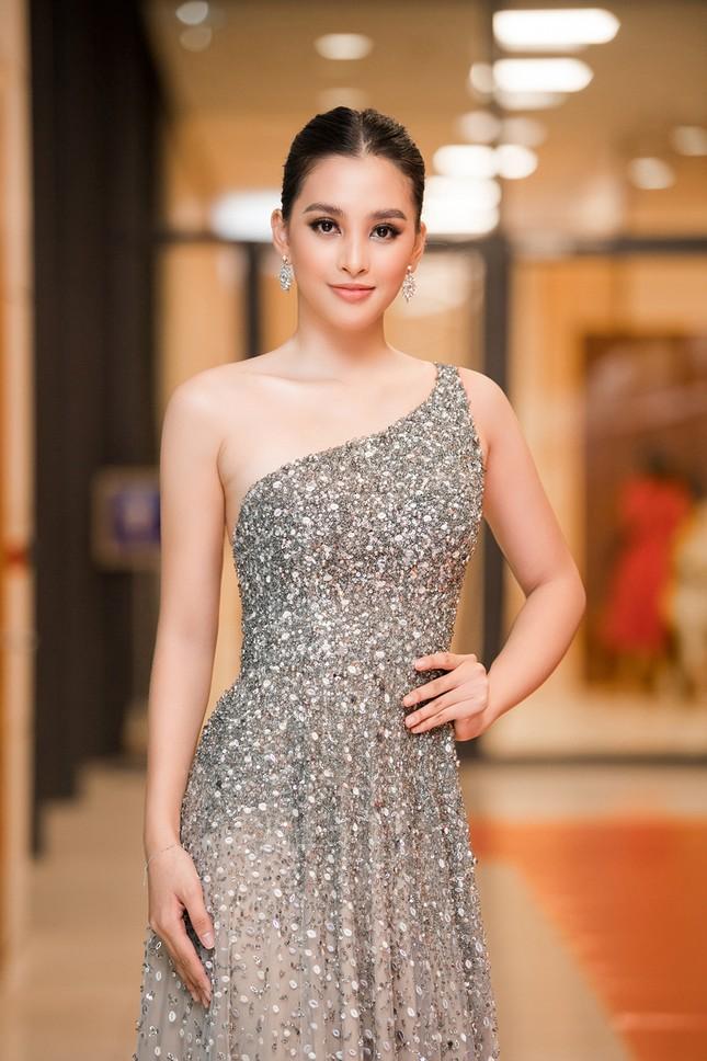 Xinh đẹp tựa 'nữ thần', Tiểu Vy đánh bật dàn sao đình đám giành giải Best Dress ảnh 1