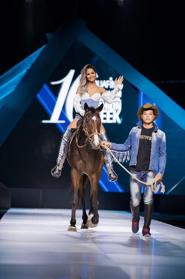 Hết cưỡi ngựa, H'Hen Niê lại ngồi mô-tô 'khủng' làm náo loạn sàn catwalk ảnh 7