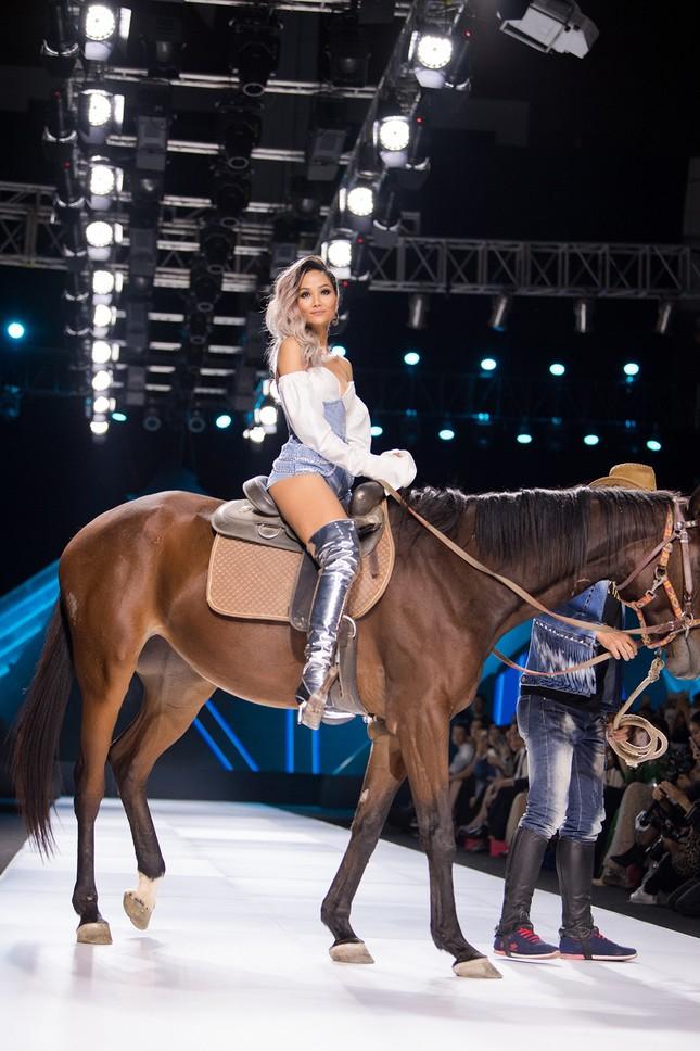 Hết cưỡi ngựa, H'Hen Niê lại ngồi mô-tô 'khủng' làm náo loạn sàn catwalk ảnh 8