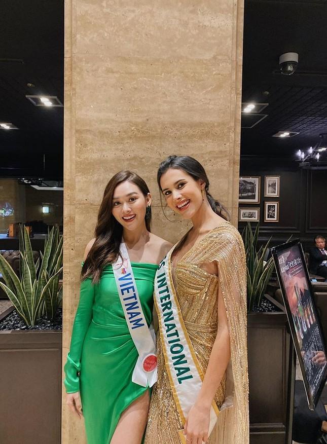 Tường San liên tục ghi điểm khi trổ tài tự make-up điêu luyện ở Hoa hậu Quốc tế ảnh 6