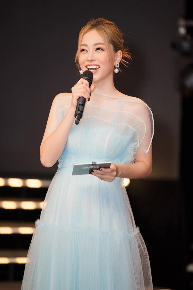 Tường San liên tục ghi điểm khi trổ tài tự make-up điêu luyện ở Hoa hậu Quốc tế ảnh 9