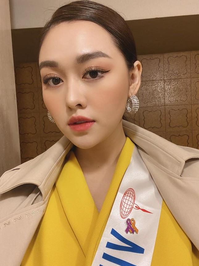 Tường San liên tục ghi điểm khi trổ tài tự make-up điêu luyện ở Hoa hậu Quốc tế ảnh 2