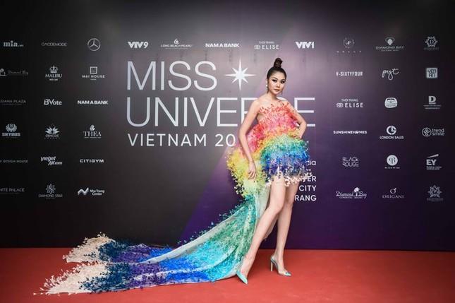 Mâu Thuỷ, Thanh Hằng nóng bỏng trên thảm đỏ chung kết Hoa hậu Hoàn vũ Việt Nam ảnh 2