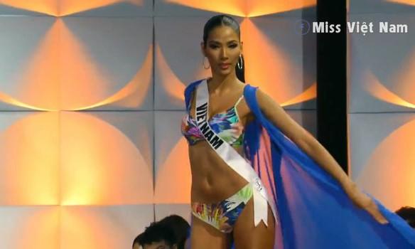 Hoàng Thuỳ 'gây bão' bán kết Miss Universe với kỹ năng 'bamboo walk' điêu luyện ảnh 2