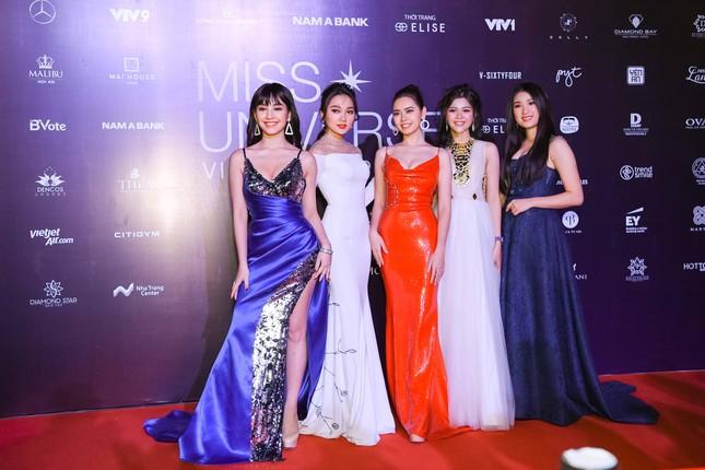 Mâu Thuỷ, Thanh Hằng nóng bỏng trên thảm đỏ chung kết Hoa hậu Hoàn vũ Việt Nam ảnh 9