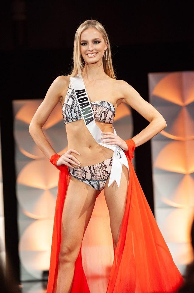Màn diễn bikini 'rực lửa' của Hoàng Thuỳ và dàn thí sinh ở bán kết Miss Universe ảnh 13