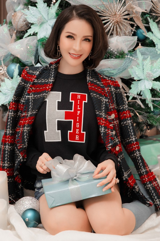 MC Thanh Mai khoe dáng gợi cảm trong biệt thự triệu đô mùa Giáng Sinh ảnh 9