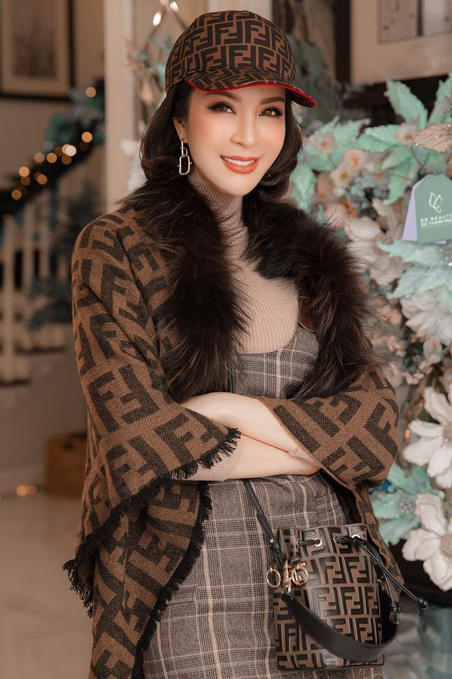 MC Thanh Mai khoe dáng gợi cảm trong biệt thự triệu đô mùa Giáng Sinh ảnh 1