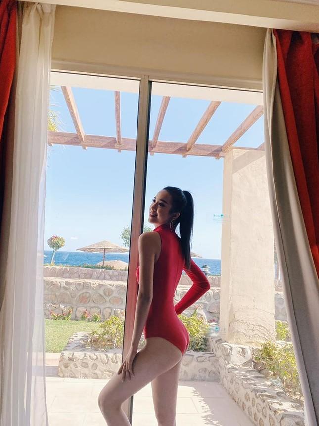 Hoa hậu Tiểu Vy mặc bikini khoe ba vòng 'cực phẩm' đón Giáng Sinh ảnh 5