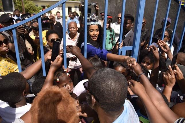 Hoa hậu thế giới được thủ tướng Jamaica chào đón khi về thăm quê nhà ảnh 2