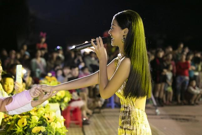 Á hậu Kiều Loan 'cosplay' rapper Đen Vâu trong Táo xuân Canh Tý ảnh 9