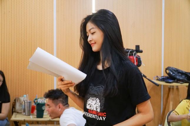 Á hậu Kiều Loan 'cosplay' rapper Đen Vâu trong Táo xuân Canh Tý ảnh 2