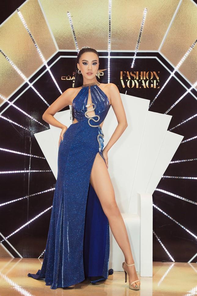 Hoa hậu Khánh Vân, Á hậu Kim Duyên 'bất phân thắng bại' với váy xẻ sexy ảnh 6