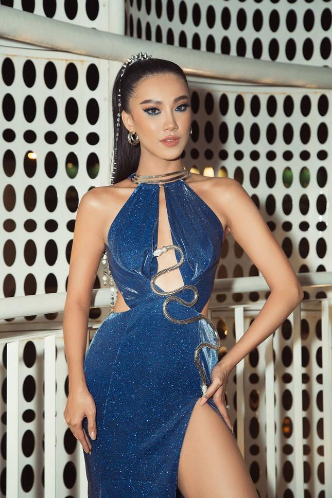 Hoa hậu Khánh Vân, Á hậu Kim Duyên 'bất phân thắng bại' với váy xẻ sexy ảnh 10
