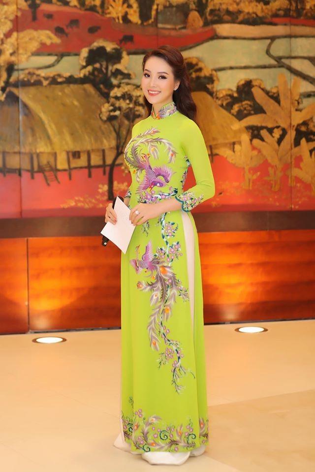 Hoa hậu Tiểu Vy khoe mặt mộc xinh đẹp, gợi cảm mơn mởn với áo xẻ sâu ảnh 5