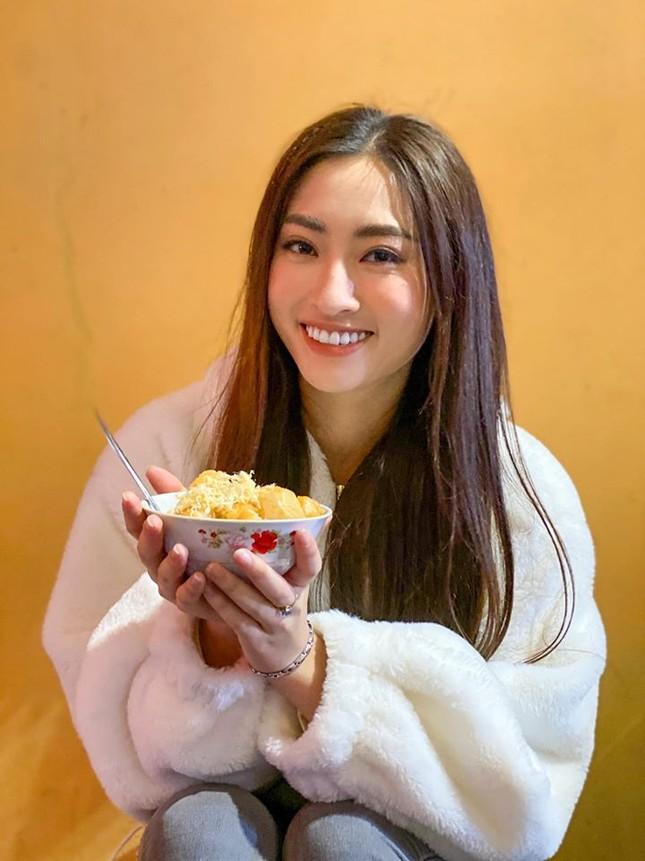 Hoa hậu Tiểu Vy khoe mặt mộc xinh đẹp, gợi cảm mơn mởn với áo xẻ sâu ảnh 6