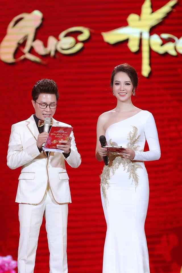 Hoa hậu Tiểu Vy khoe mặt mộc xinh đẹp, gợi cảm mơn mởn với áo xẻ sâu ảnh 4
