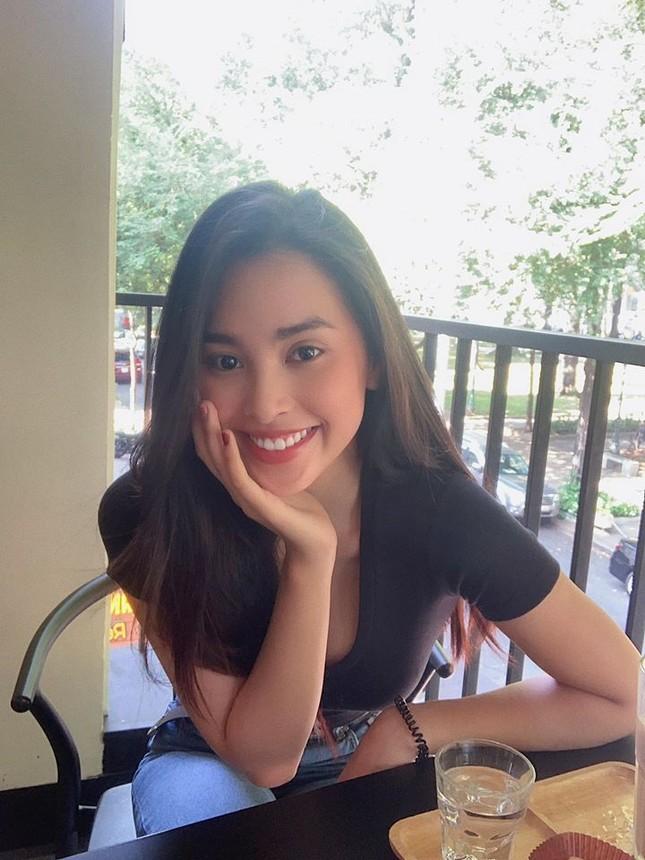 Hoa hậu Tiểu Vy khoe mặt mộc xinh đẹp, gợi cảm mơn mởn với áo xẻ sâu ảnh 3