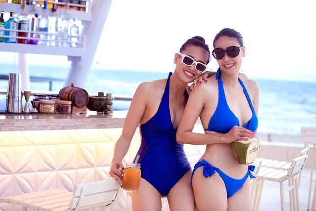 Hoa hậu Tiểu Vy khoe mặt mộc xinh đẹp, gợi cảm mơn mởn với áo xẻ sâu ảnh 13