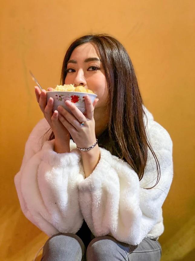 Hoa hậu Tiểu Vy khoe mặt mộc xinh đẹp, gợi cảm mơn mởn với áo xẻ sâu ảnh 7