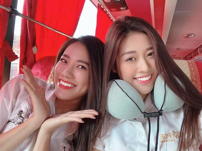 Hoa hậu Tiểu Vy khoe mặt mộc xinh đẹp, gợi cảm mơn mởn với áo xẻ sâu ảnh 9