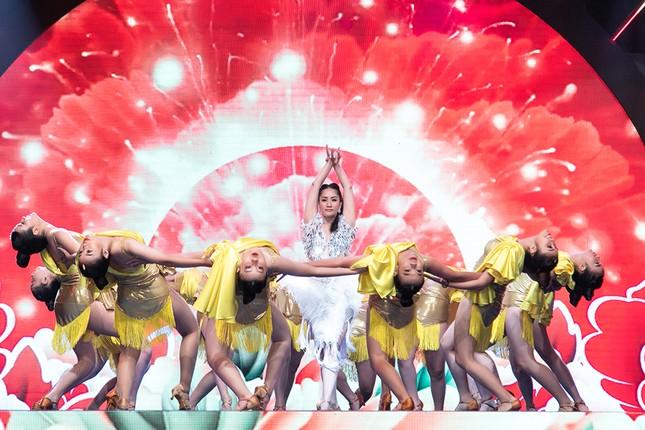 Khánh Thi khoe vòng 1 nóng bỏng, hiếm hoi khiêu vũ cùng Phan Hiển trên sân khấu ảnh 7