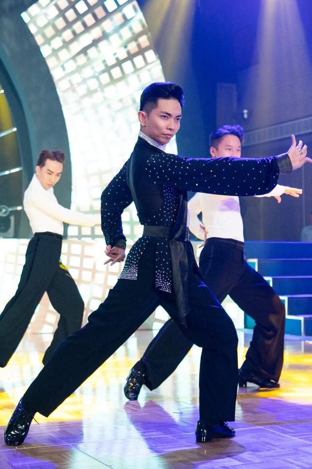 Khánh Thi khoe vòng 1 nóng bỏng, hiếm hoi khiêu vũ cùng Phan Hiển trên sân khấu ảnh 8