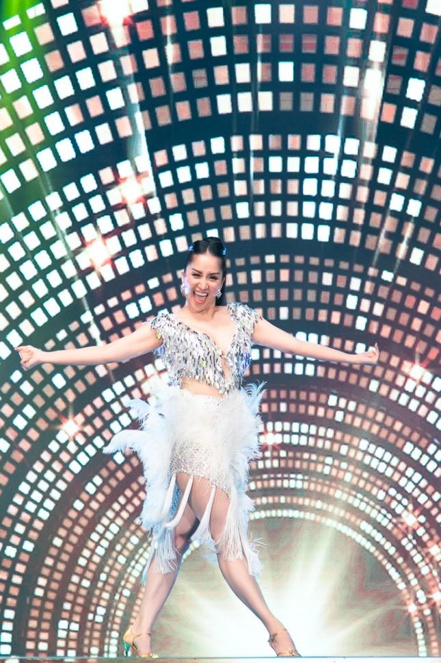 Khánh Thi khoe vòng 1 nóng bỏng, hiếm hoi khiêu vũ cùng Phan Hiển trên sân khấu ảnh 9