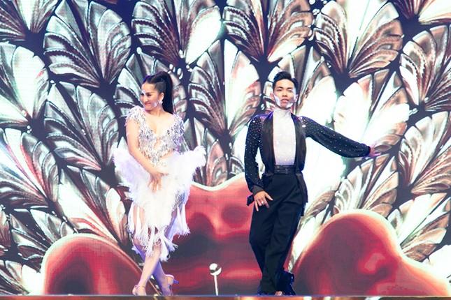 Khánh Thi khoe vòng 1 nóng bỏng, hiếm hoi khiêu vũ cùng Phan Hiển trên sân khấu ảnh 10