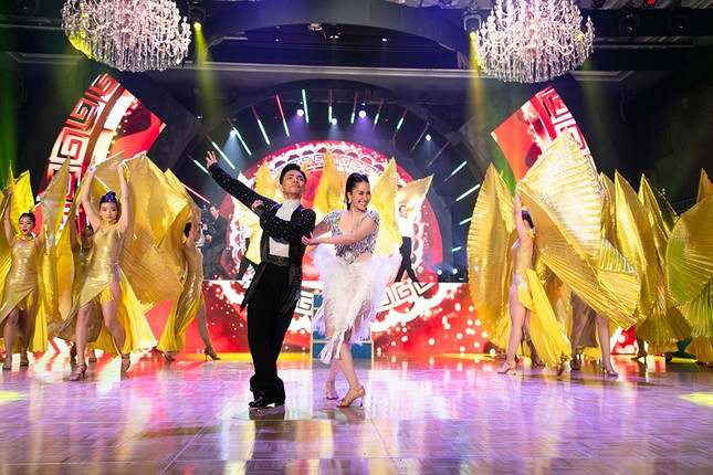 Khánh Thi khoe vòng 1 nóng bỏng, hiếm hoi khiêu vũ cùng Phan Hiển trên sân khấu ảnh 11