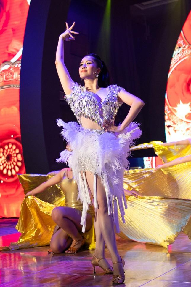 Khánh Thi khoe vòng 1 nóng bỏng, hiếm hoi khiêu vũ cùng Phan Hiển trên sân khấu ảnh 12