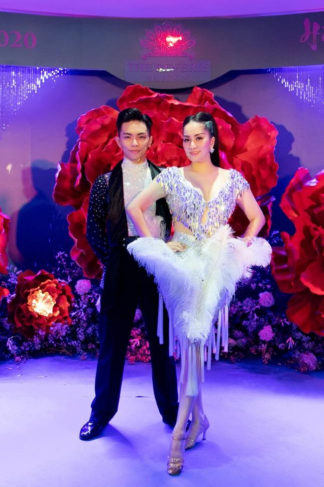 Khánh Thi khoe vòng 1 nóng bỏng, hiếm hoi khiêu vũ cùng Phan Hiển trên sân khấu ảnh 1
