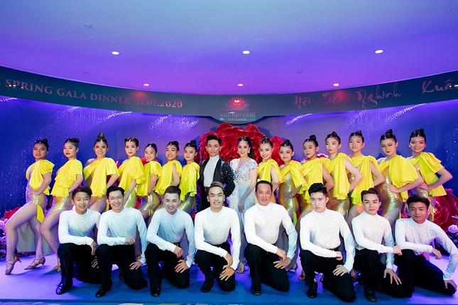 Khánh Thi khoe vòng 1 nóng bỏng, hiếm hoi khiêu vũ cùng Phan Hiển trên sân khấu ảnh 6