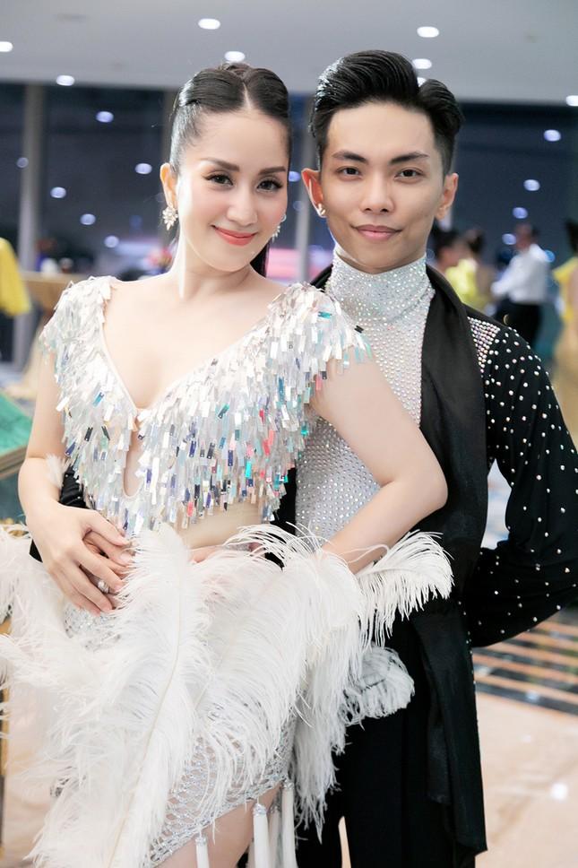 Khánh Thi khoe vòng 1 nóng bỏng, hiếm hoi khiêu vũ cùng Phan Hiển trên sân khấu ảnh 2